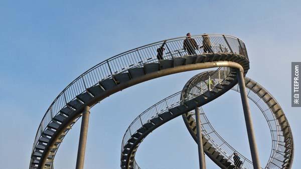不管你多害怕坐雲霄飛車,你一定能接受這座能讓你在上面步行的「雲霄飛車」。