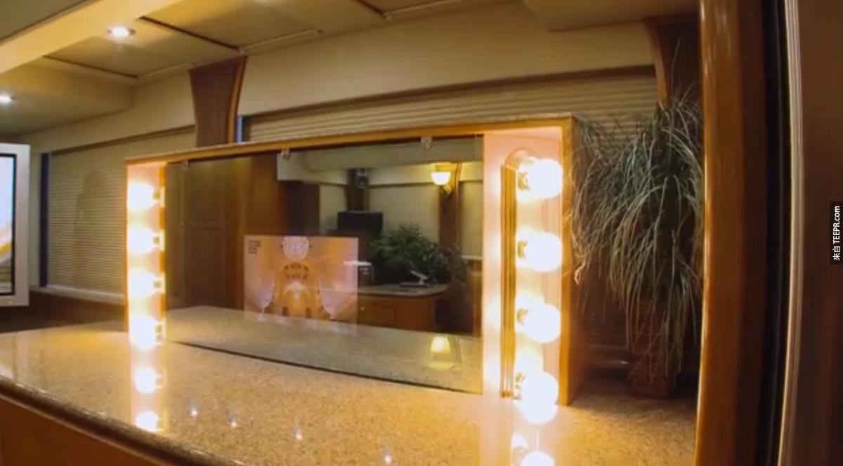 還有一個照明化妝鏡。而且你有注意到嗎?鏡子裡面還有一台電視!絲毫不浪費任何空間。