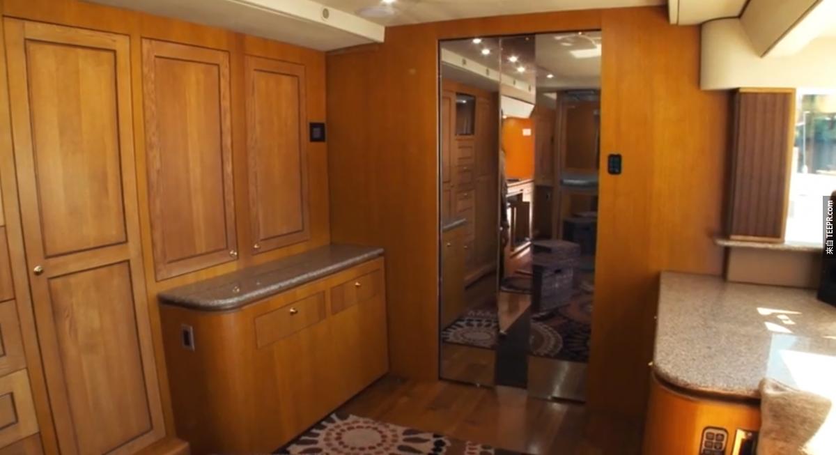 """連到櫥櫃區的這扇門叫做""""星際爭霸戰門"""",滑開的時候還會發出那種很有未來感的聲音。"""