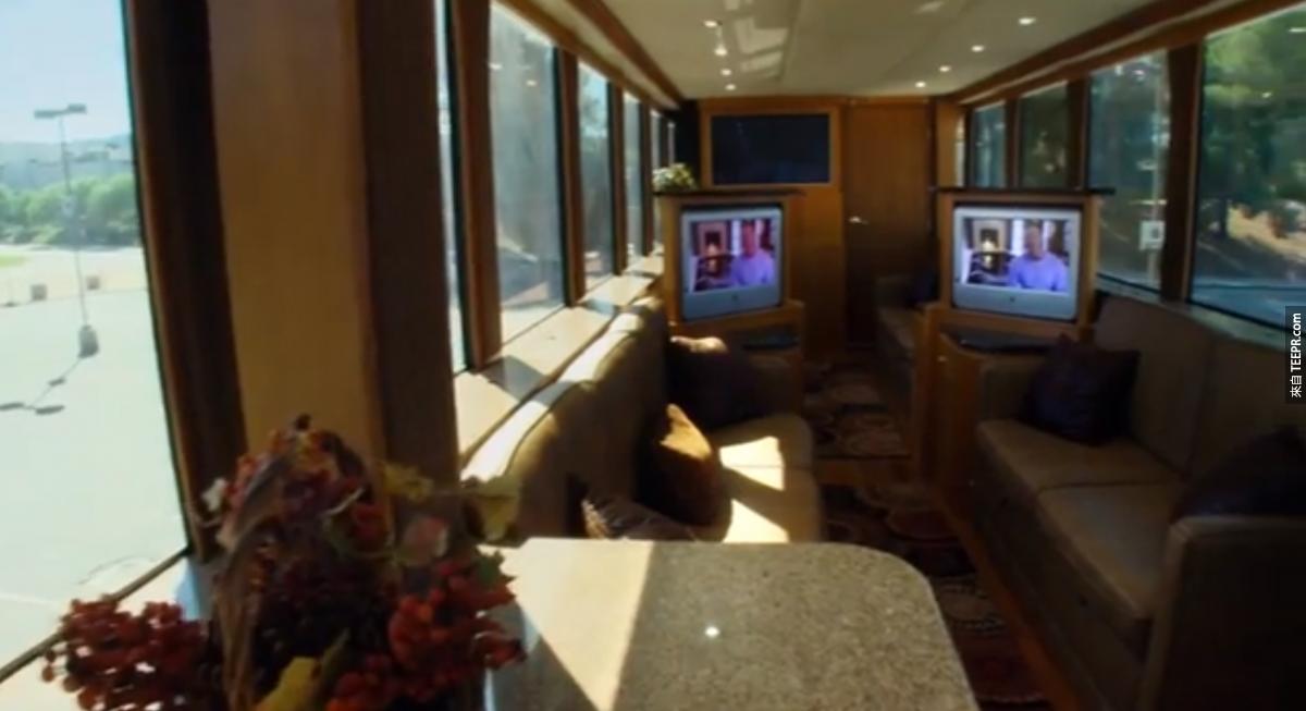 樓上有一個容納30個人的超高科技的上映室,通常用來談生意或是查看當天拍攝出來的片段。