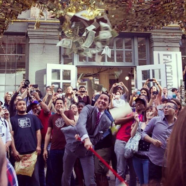 紐約市中心出現了一頭巨大的黃金公牛,但是更荒唐的是接下來路人開始對它做的事情。