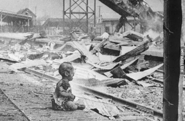 8.) 戰爭中倖存的上海孩童: 至1937開始的第2次中日戰爭後來跟第2次世界大戰融合成一場大戰。在一次的空襲當中,日本擊中中國一個充滿婦女與孩童的火車站。這個孩童奇蹟似地活了下來,但已遍體麟傷。
