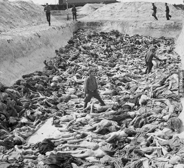 9.) 集中營的巨型墓坑: 在解放集中營之前(1945年之前),納粹(Nazis)在貝根‧貝爾森集中營(Bergen-Belsen camp) 屠殺了5萬人 ,安妮‧弗蘭克(Anne Frank)也在其中罹難者之一。照片中你可以看到集中營醫生Fritz Klein站在3號墓坑的屍體堆上。這個人當時是決定是否將不適合工作的囚犯送到毒氣室處死的決策者。在戰爭結束後,他因他的罪行而被處死。