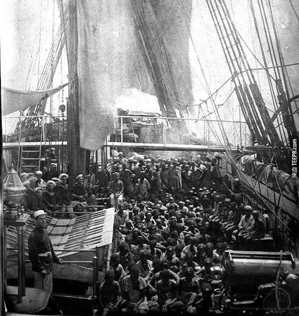 2.) 大西洋的奴隸貿易: 1868年11月1日,英國HMS Daphne軍艦上的一張照片,這群孩奴剛從貿易中被拯救出來。