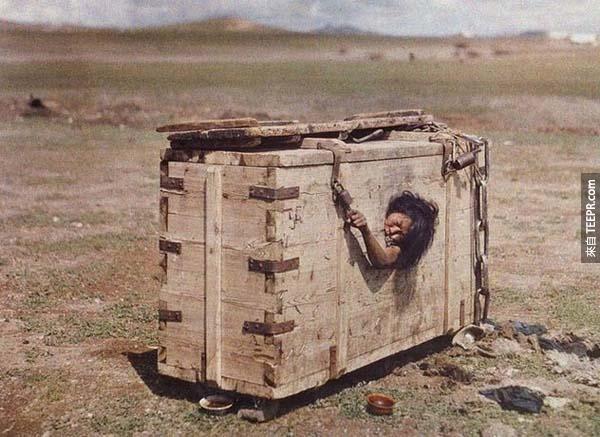 6.) 飢餓的蒙古女性: 這張照片出自於1913年的國家地理雜誌,攝影者為Stefan Passe。當時的蒙古剛獨立不久,這是一種處理罪犯的常見方式,將罪犯放置於木箱內,待他靜靜餓死。
