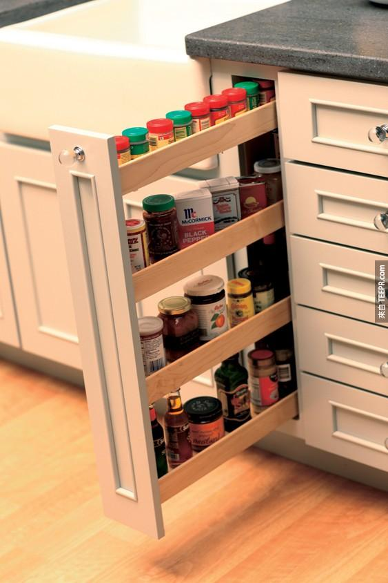 21. 在櫥櫃與抽屜間的小空間真尷尬,不如拿來當作擺放香料的櫃子吧。