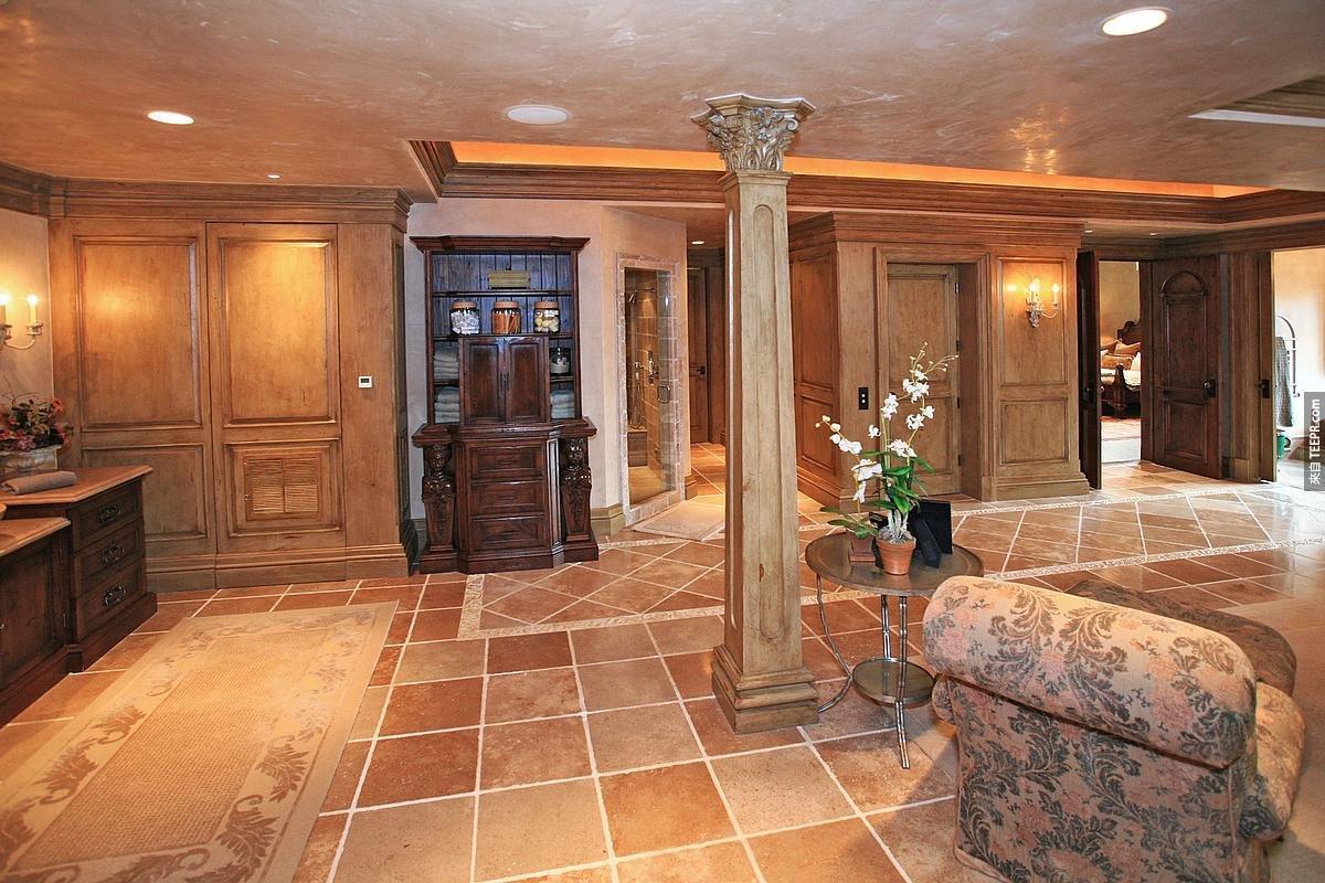 這棟別墅現在要價4.5億台幣。很貴吧?但是你一定要先看看裡面的廁所!