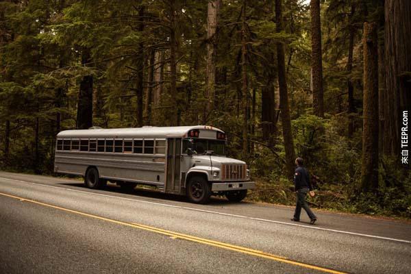 11.)Hank買了一輛巴士,並把這輛巴士改造成一個家。