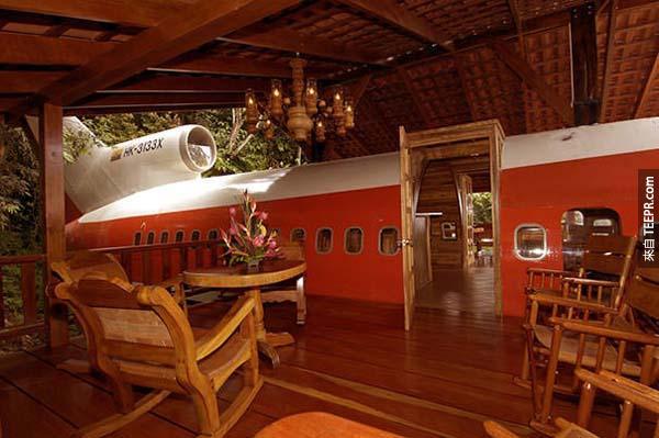 他將一架1965年的老式波音727機身翻新成一間豪華套房。