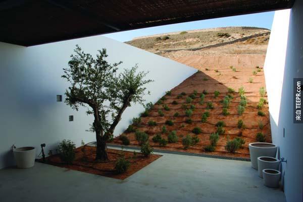 這個建築物坐落在沙漠當中,超級隱密而且還很環保喔!