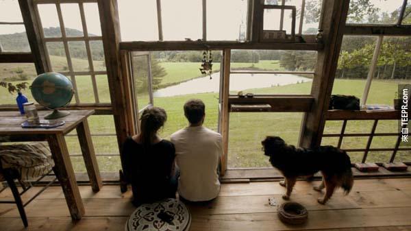 屋主為 Nick Olsen 和 Lilah Horwitz,他們利用窗戶來翻新他們的家。