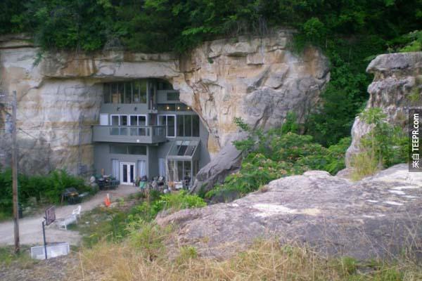 16.)這個花了4年建在密蘇里州山洞裡的家,還有自我調節冷熱的功能呢!
