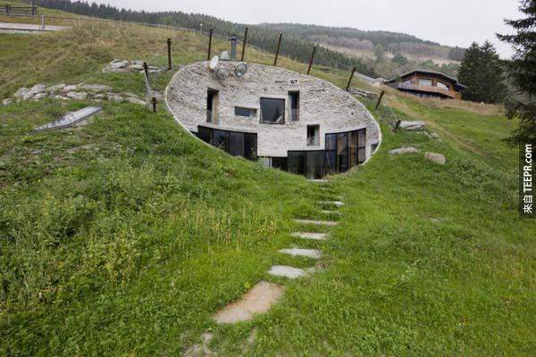 6.)現實生活中的哈比人洞穴,位於瑞士。