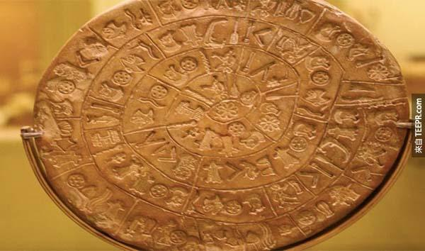8.) 費斯托斯圓盤 (The Phaistos Disk): 這個直徑6英吋的圓形泥板在20世紀初期被發現。這個字母系統可能可以幫助線性文字的辨識。