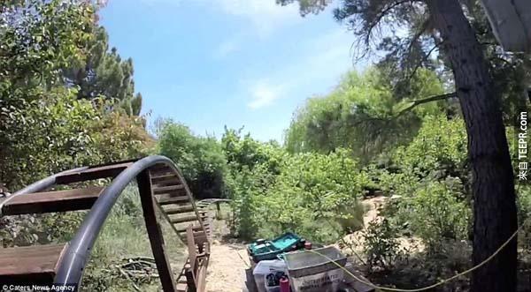 這個小男孩的一簡單的問題,就讓他的爸爸為他在後院做了一座雲霄飛車。