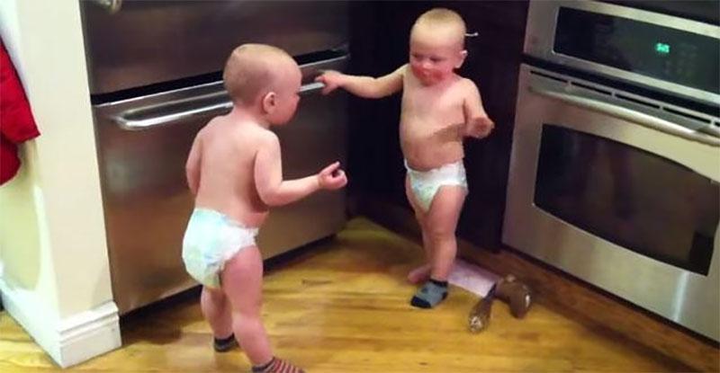 聽聽看這兩個14個月大的小Baby交談。他們到底在說什麼?!