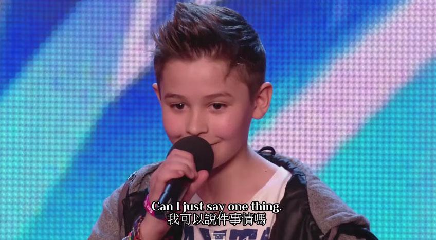 這個可愛小男生在學校受到霸凌。他在台上反擊的方式讓那些小孩子再也不敢欺負他了。