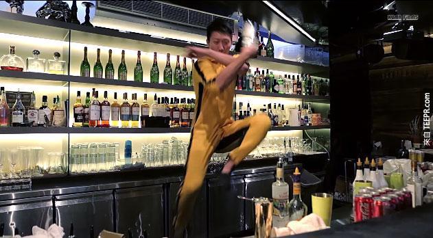 這個人不是李小龍,但是他的花式調酒特技會讓你看得熱血沸騰!啊呀~!