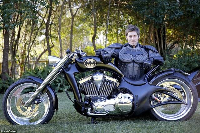 這個人擁有全世界唯一合法登記的的蝙蝠車。他不但沒有到處炫耀,反而還把它拿來改變世界。
