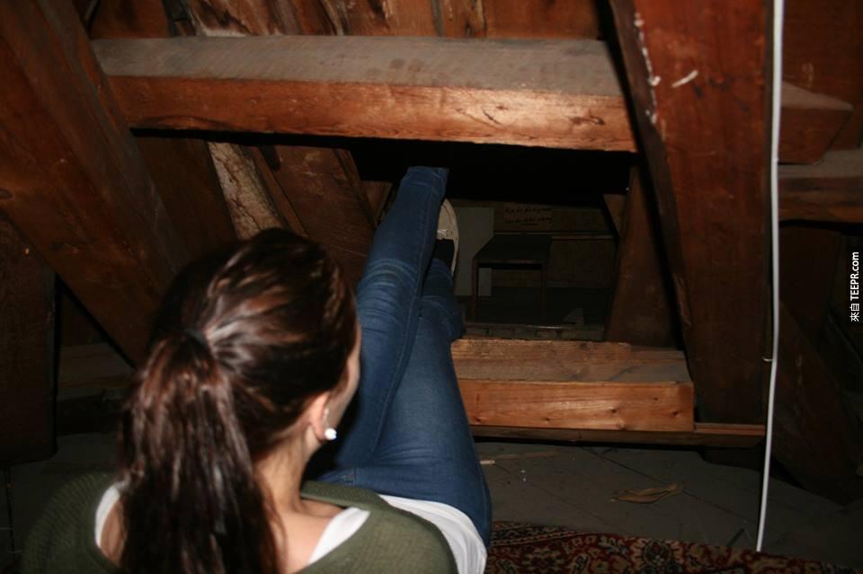 他們在閣樓裡面找到了一扇隱藏門。裡面找到的東西讓人感到毛毛的...