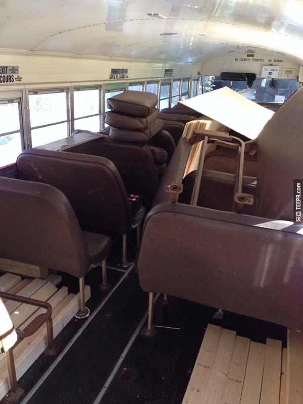 然後把公車座椅一個一個拆掉...