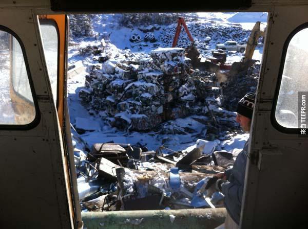 我們去除掉大約500公斤的內部裝置(包含座椅和一些有的沒有的隔板)。