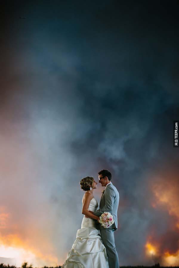 這不是一場普通的戶外婚禮。當你看到背景的時候,你就會想要拔腿就跑!