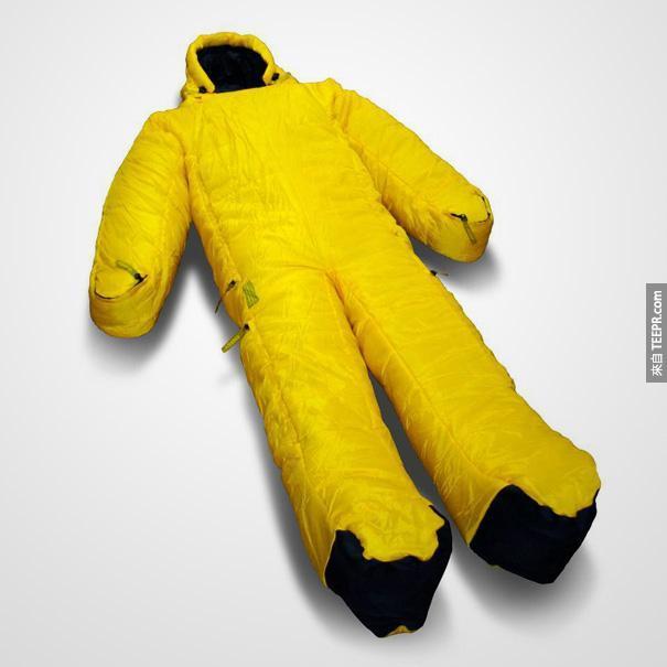 15.)這個睡袋讓你活動自如,就算露營睡到一半遇到熊,也不怕無法動彈喔~