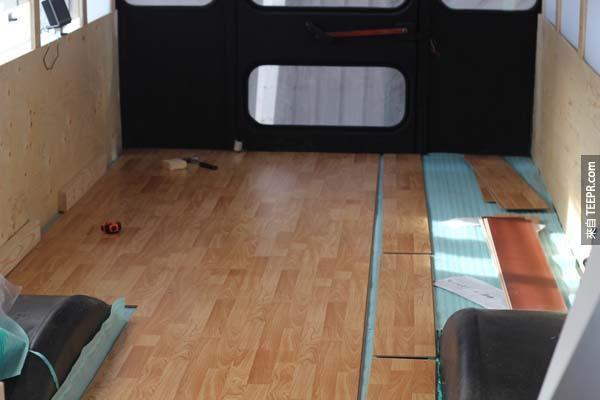 然後接下來就是組裝地板了...