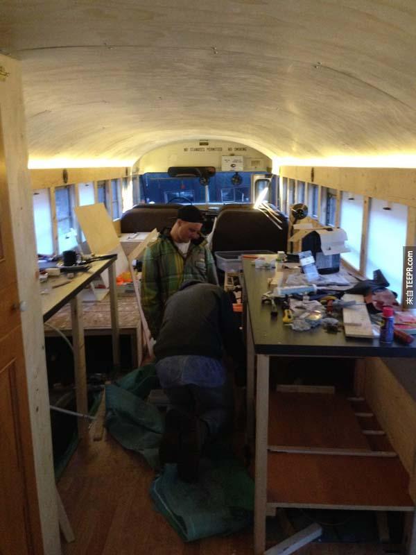 因為巴士內的房間很少,所以我們開始安裝一些替代用架子。