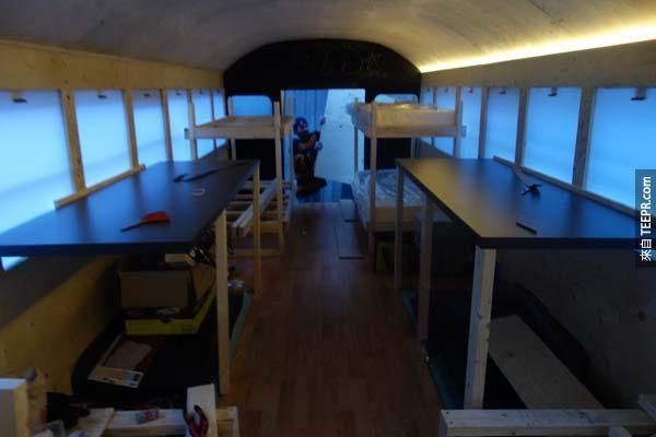 這是房間的另一個視角,裡面有長椅跟床鋪。