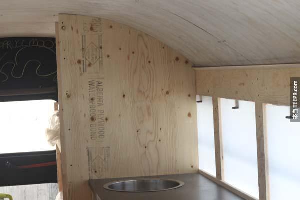 安裝完水槽、並區隔廚房和廁所後,我們還建立了一個通風系統,讓冰箱後面的熱風可以直接被導到車外。