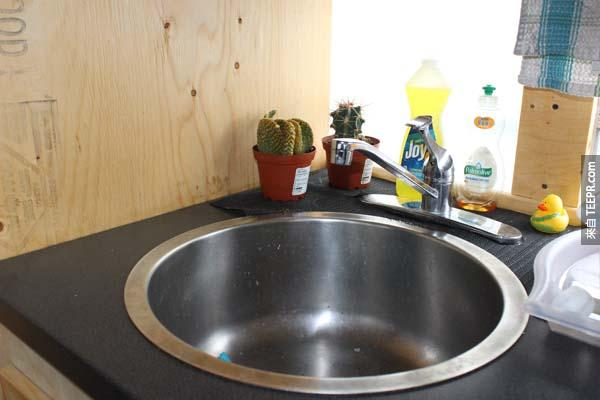 接著安裝水槽和水龍頭,看到了嗎?旁邊還有我們的小寵物,仙人掌Keith跟Warren。