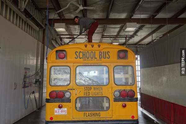 這是駝鹿(moose)的第一次洗澡。5天前,我們離開Coachella,那時還不能替他上漆,因為在美國大多數的州黃色巴士是屬於私人的校車。