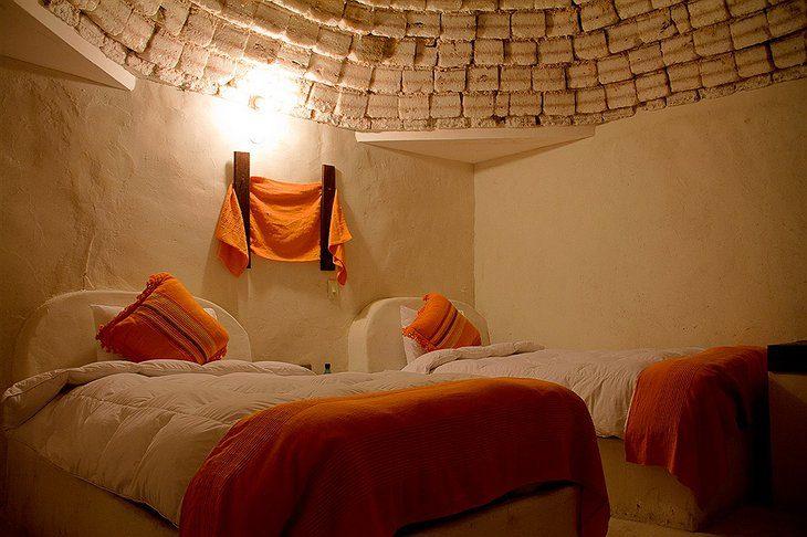 玻利維亞的旅館完全是用鹽做的,室內空間超美但有一個規矩:不准舔!
