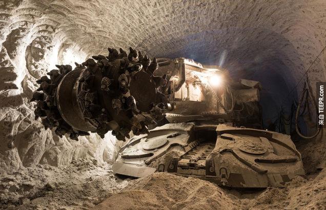 這個位在俄羅斯城鎮正中央的大洞看起來就像是通往地獄的門。它背後的故事比它的樣子還要更可怕。
