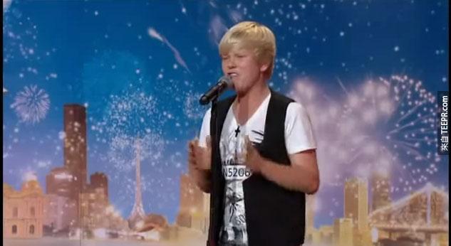14歲小男孩演唱惠妮休斯頓的高難度歌曲讓所有人都站起來鼓掌。