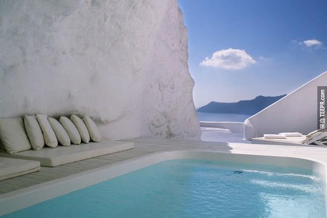#21. 在希臘卡緹吉酒店(Katikies hotel)的泳池。