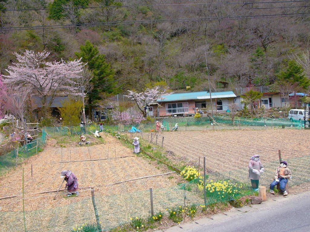 這座被遺棄的村莊看起來太詭異了,但是知道它背後的故事後就覺得不可思議的美。