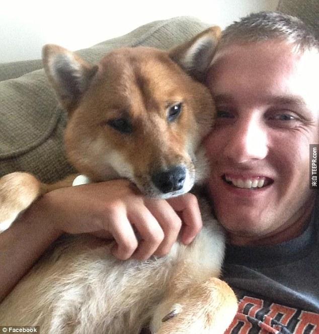 這名男子的前女友趁他在海外時把他的愛犬偷偷賣掉,但好在善良的網民改變了故事的結局。