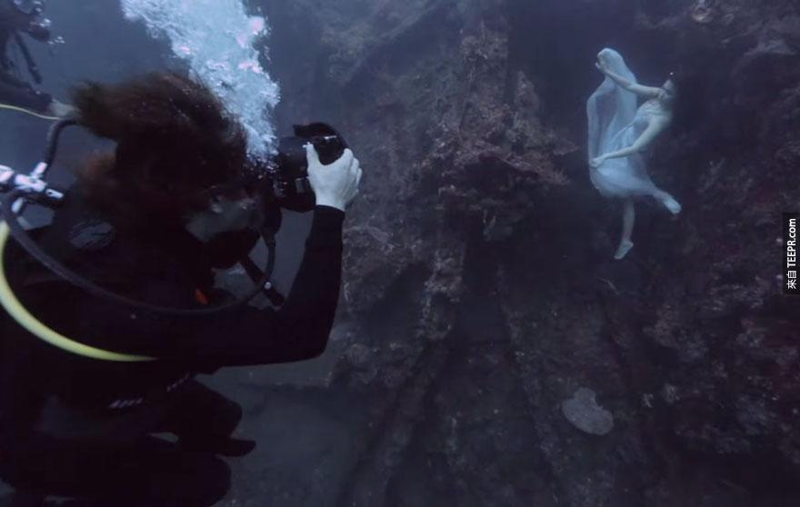 這名攝影師的夢想就是在海底拍攝出有史以來最驚人的沉船照。看完後,我只能說...他成功了。