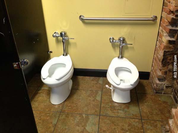 """1.) 這樣就真的可以""""一起""""上廁所了。"""