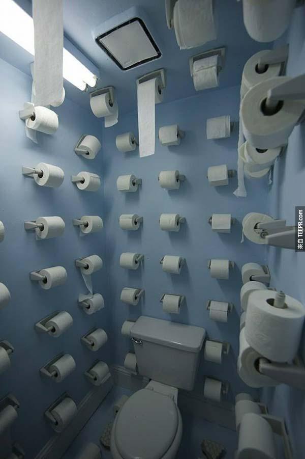 11.) 當室友抱怨你都把廁紙用完時...這才是好室友該做的阿!