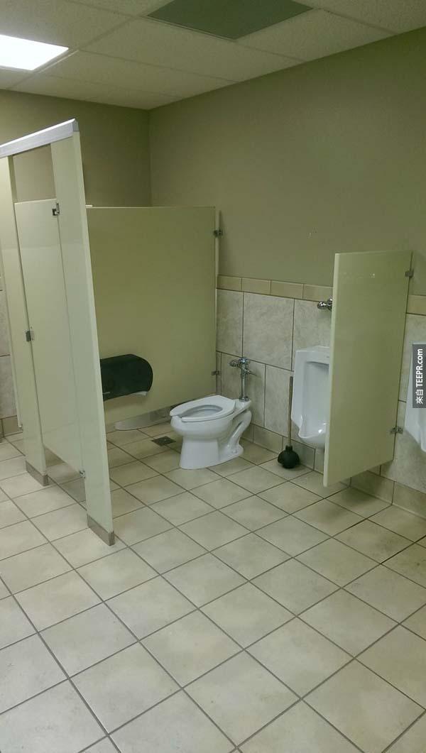3.) 聽說這樣的廁所可以拉近你跟陌生人的距離。