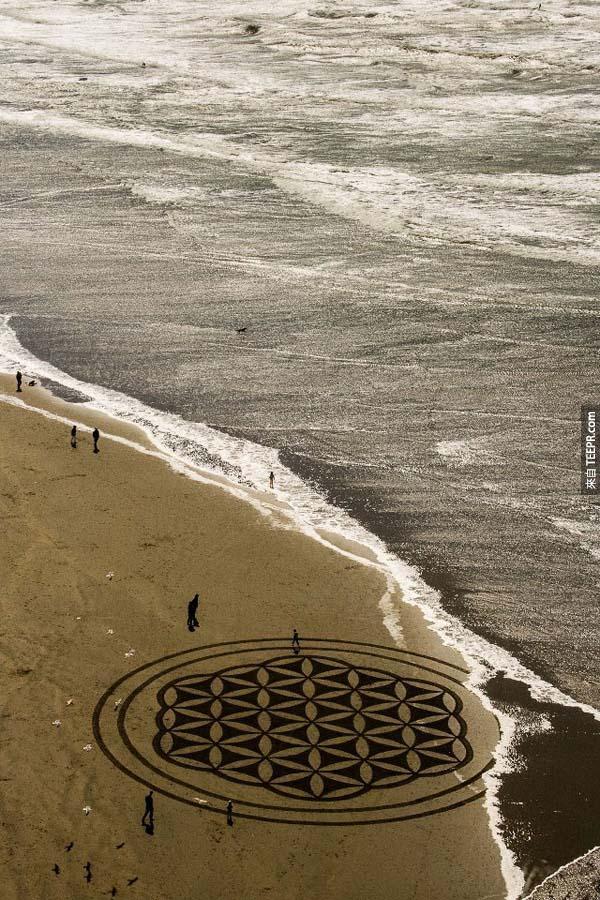 如果你有機會看到的話,那你就能算是運氣很好的人,因為他的藝術通常到晚上就被海浪給帶走了。