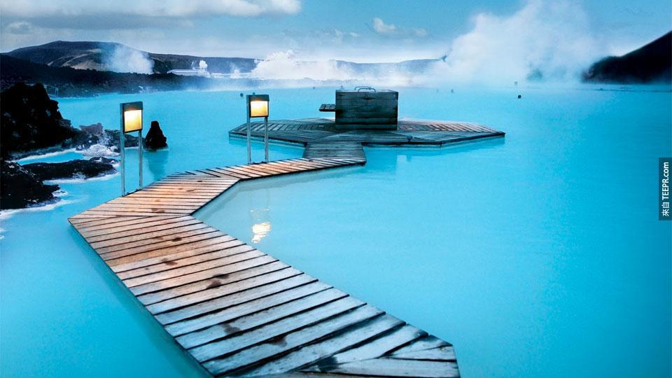 #31. 這個夢幻泳池位於冰島的渡假村(Blue Lagoon Geothermal Resort) 。