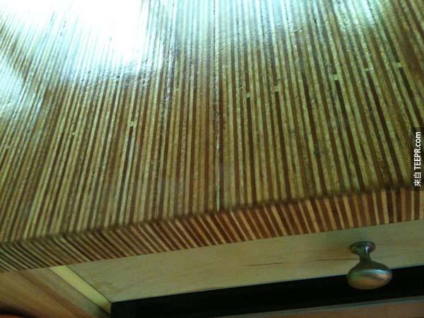 將木條黏接在一起製作成的桌面,這是經過打磨跟密封的完成品喔!