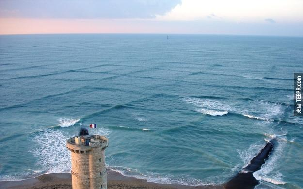 19. 好酷!大自然的魔力啊~不同方向的浪造成的圖形!