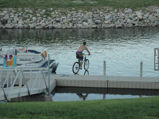 2. 又一張成功的定時照片!水上漂浮腳踏車?太酷了~
