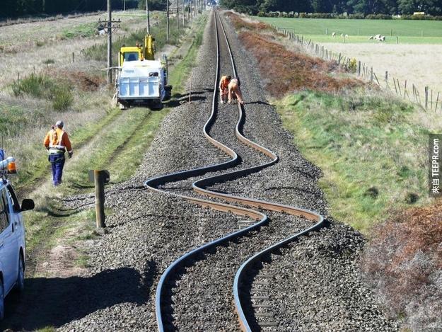 5. 用photoshop變型工具修的?不是啦,這在紐西蘭的鐵軌是因為地震造成扭曲變形。
